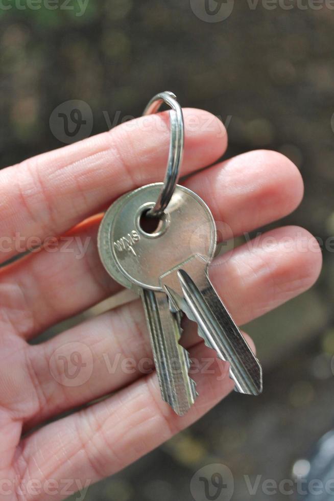 mão segurando as chaves da casa foto