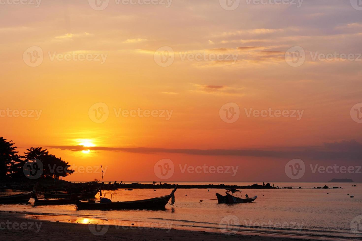 barco de pesca e pôr do sol foto