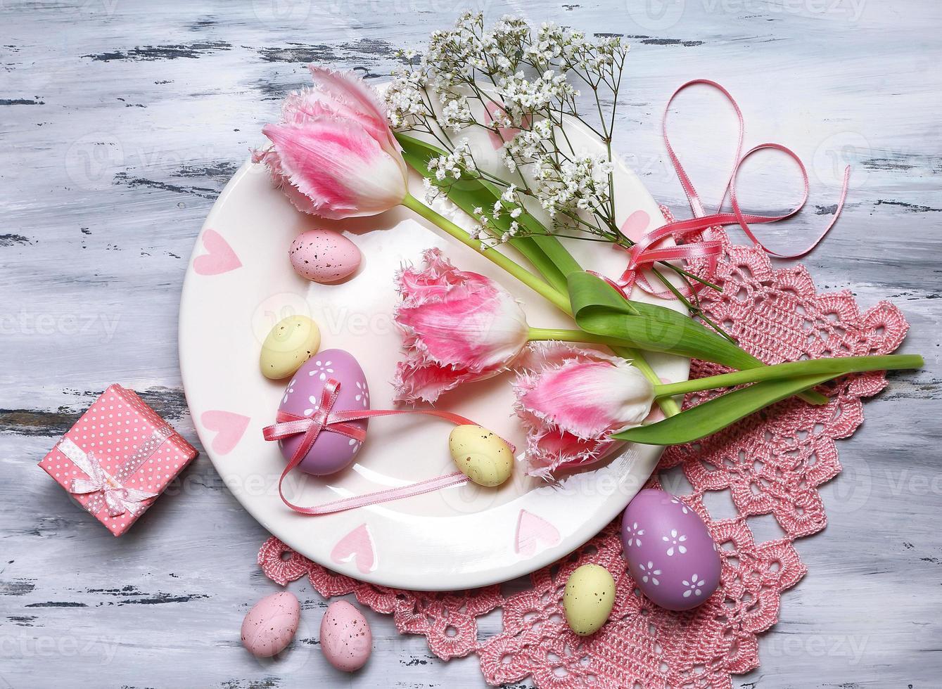 cenário de mesa de Páscoa com tulipas e ovos foto