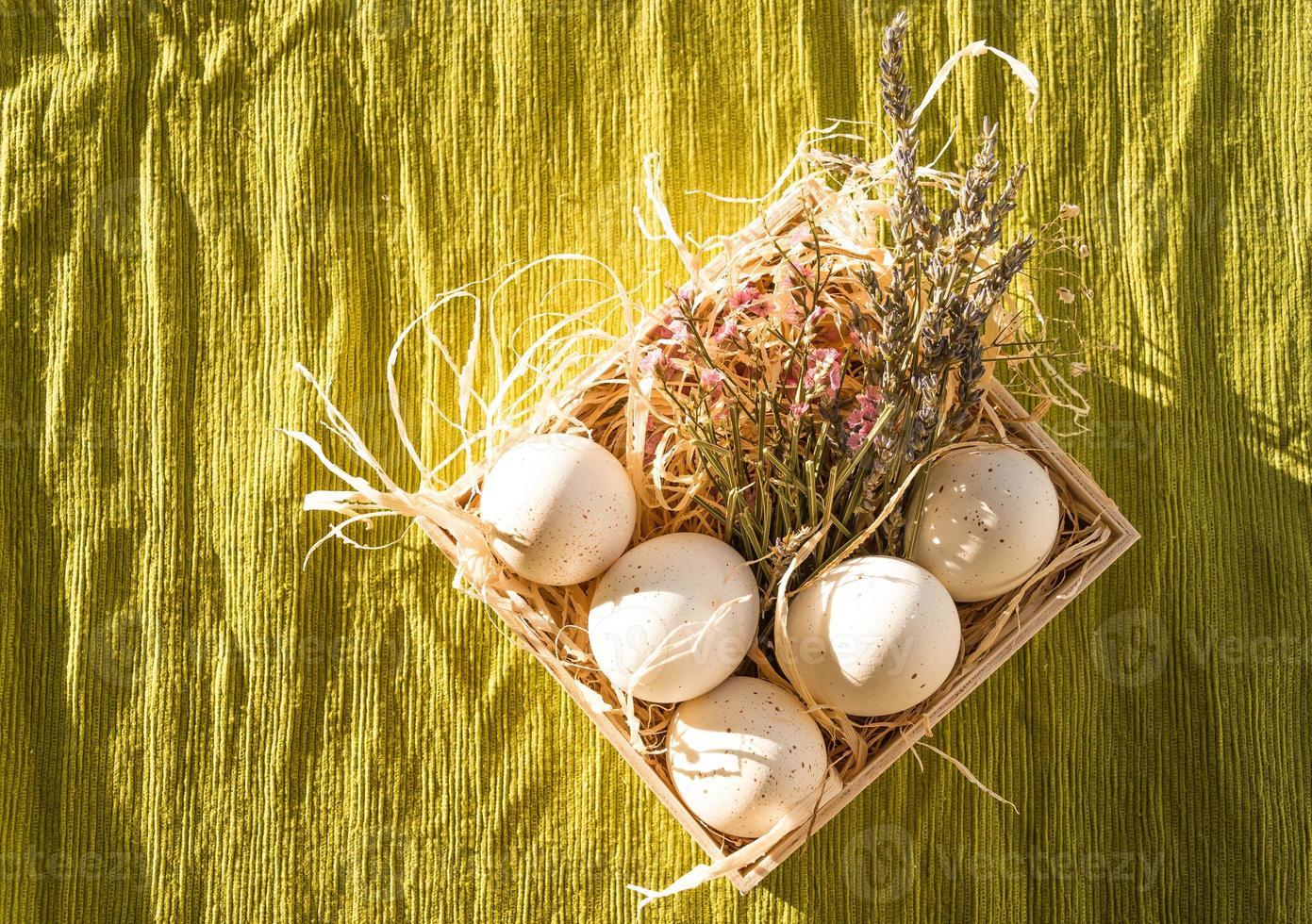 decoração de ovo de páscoa com lavanda foto