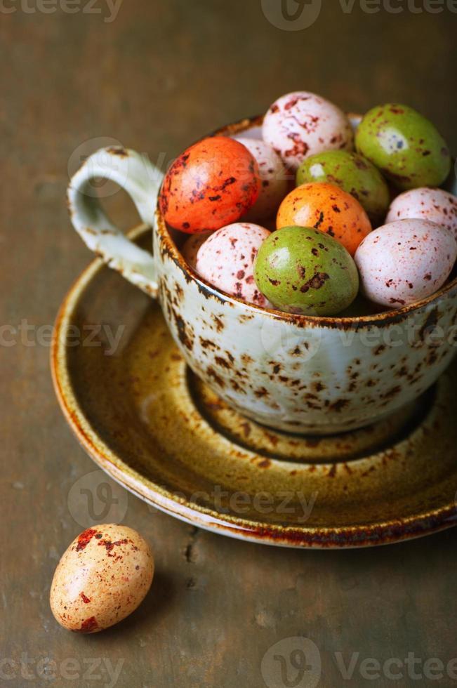 ovos de Páscoa de chocolate em um copo foto