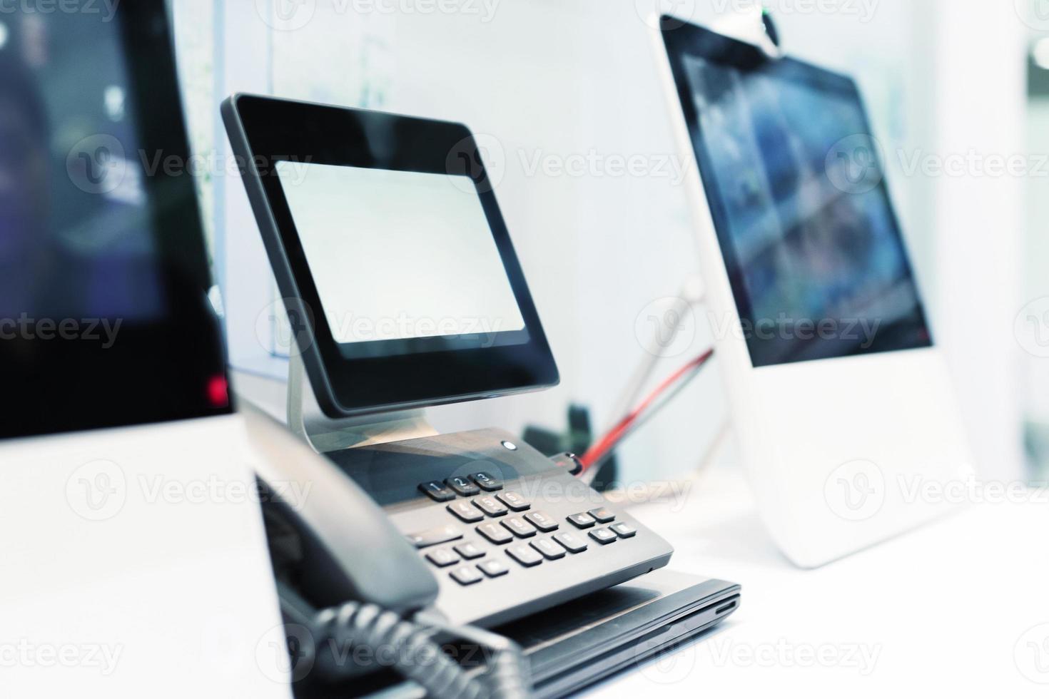 mão usando videofone em exposição. foto