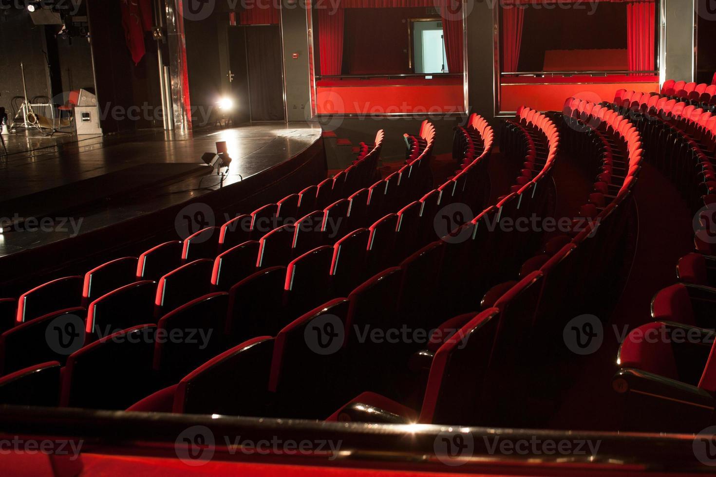 assentos de teatro vermelho foto