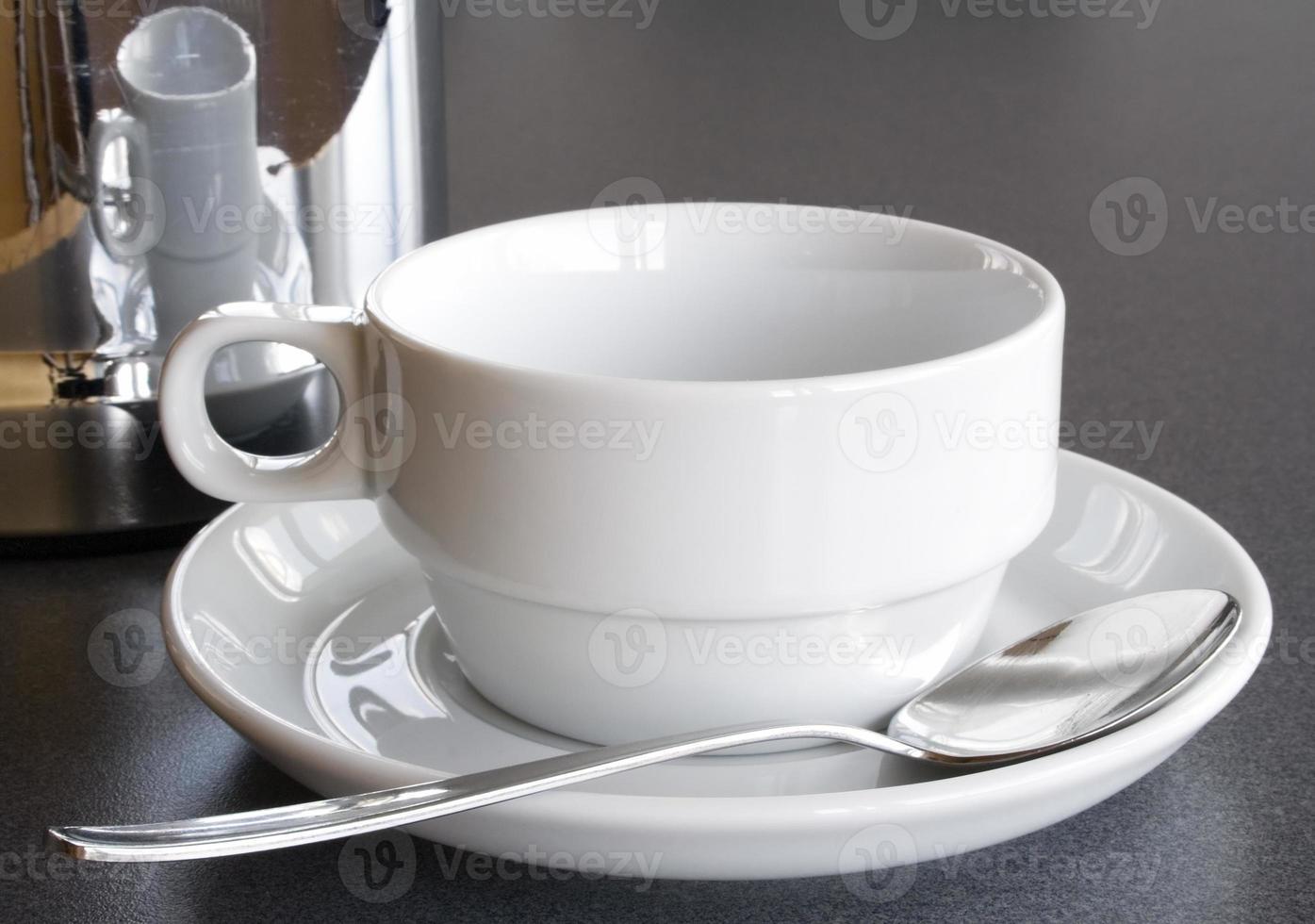 copo vazio e cafeteira foto