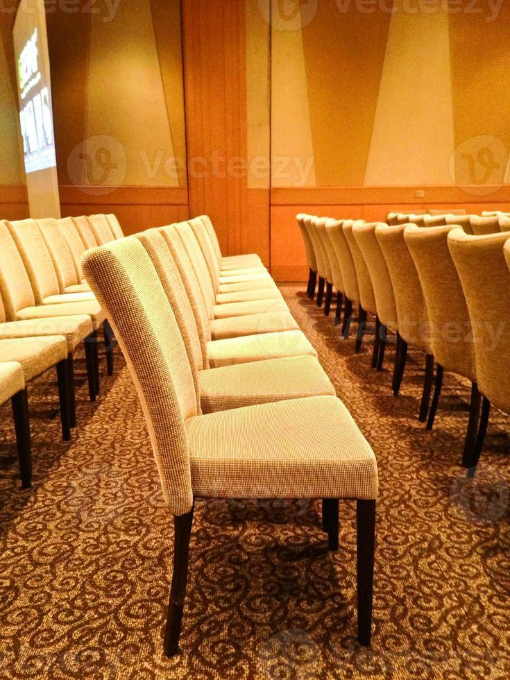 cadeiras na sala de conferências. foto