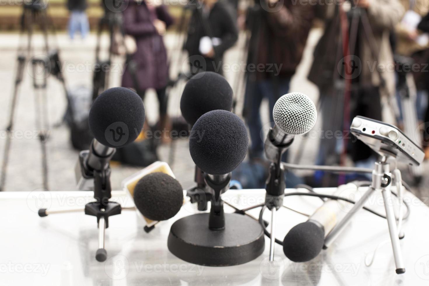 close-up de microfones em uma conferência de imprensa foto
