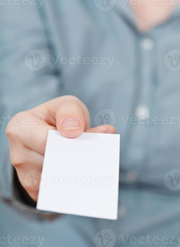 cartão de visita em branco na mão foto