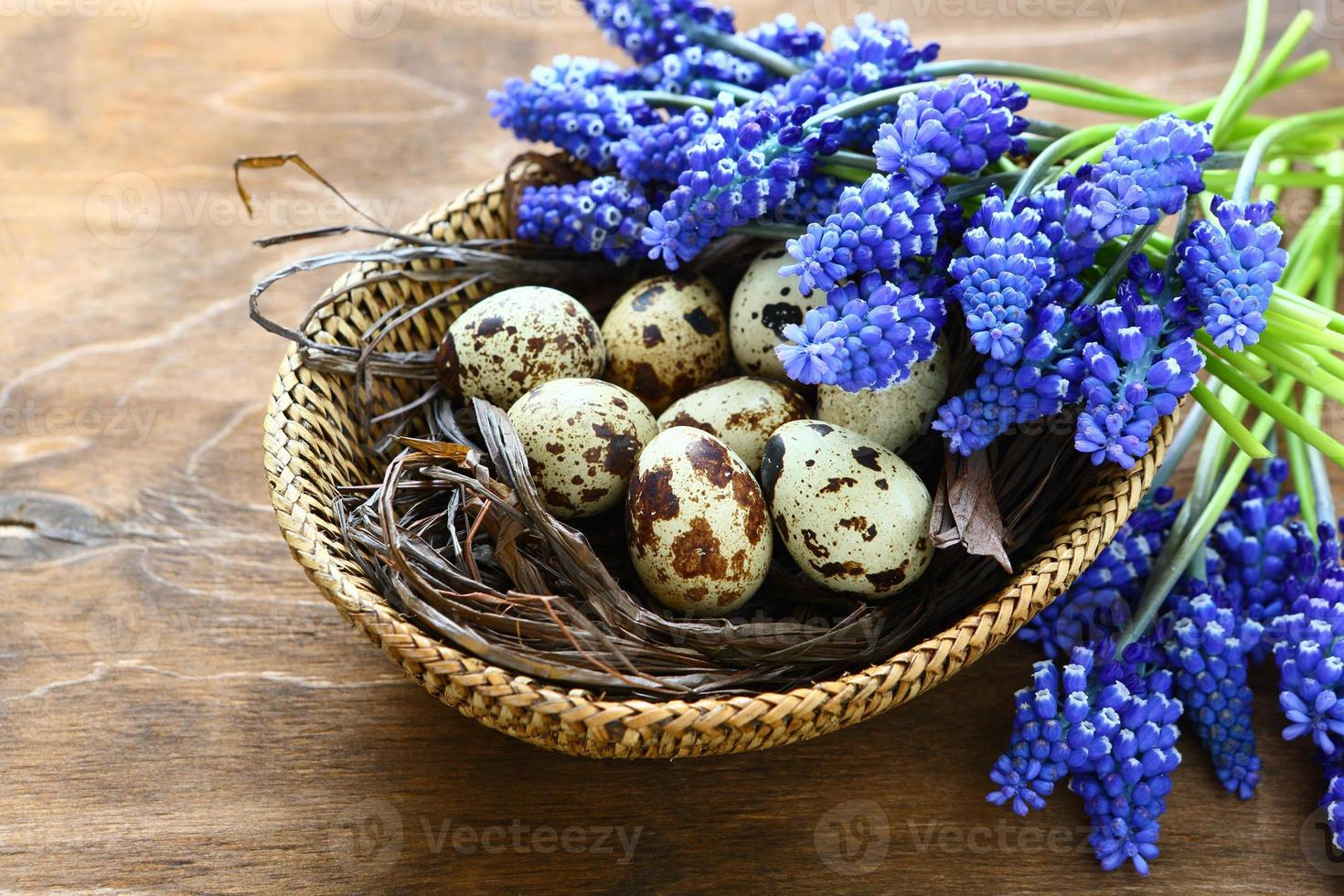 ovos de páscoa com flores azuis foto