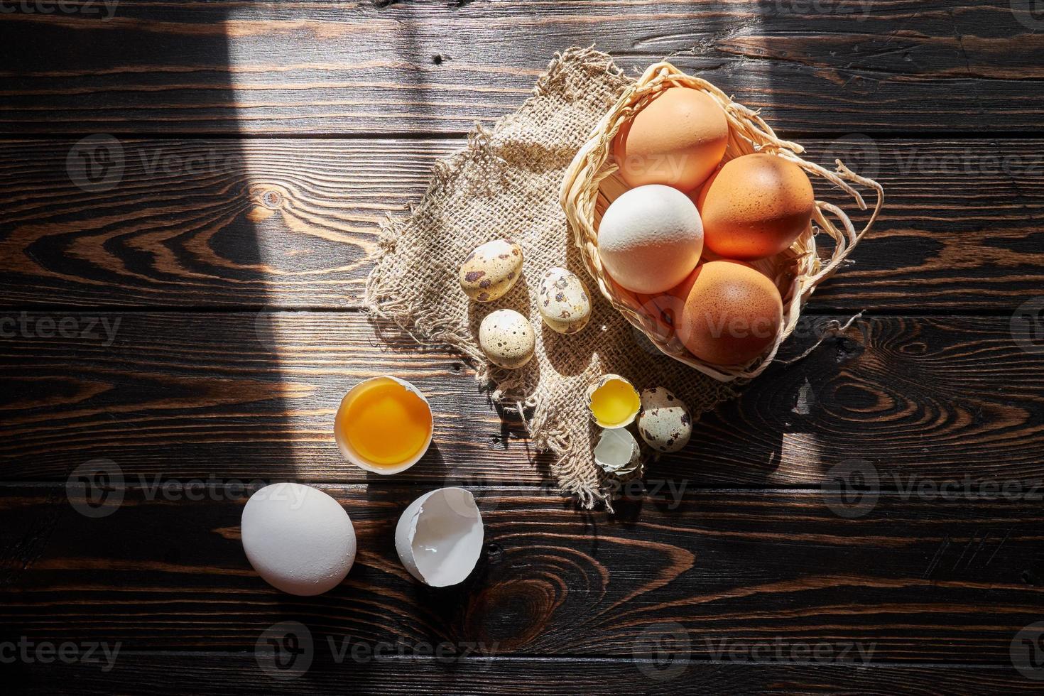 composição variada de ovos com luz solar da janela foto