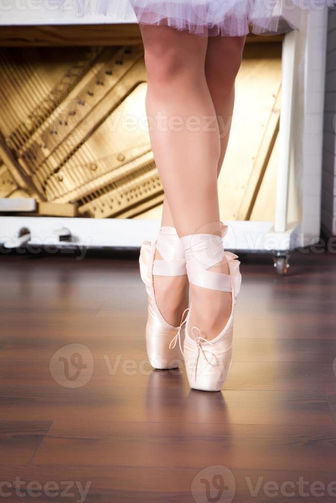 pernas de bailarina em pointes na sala de dança foto