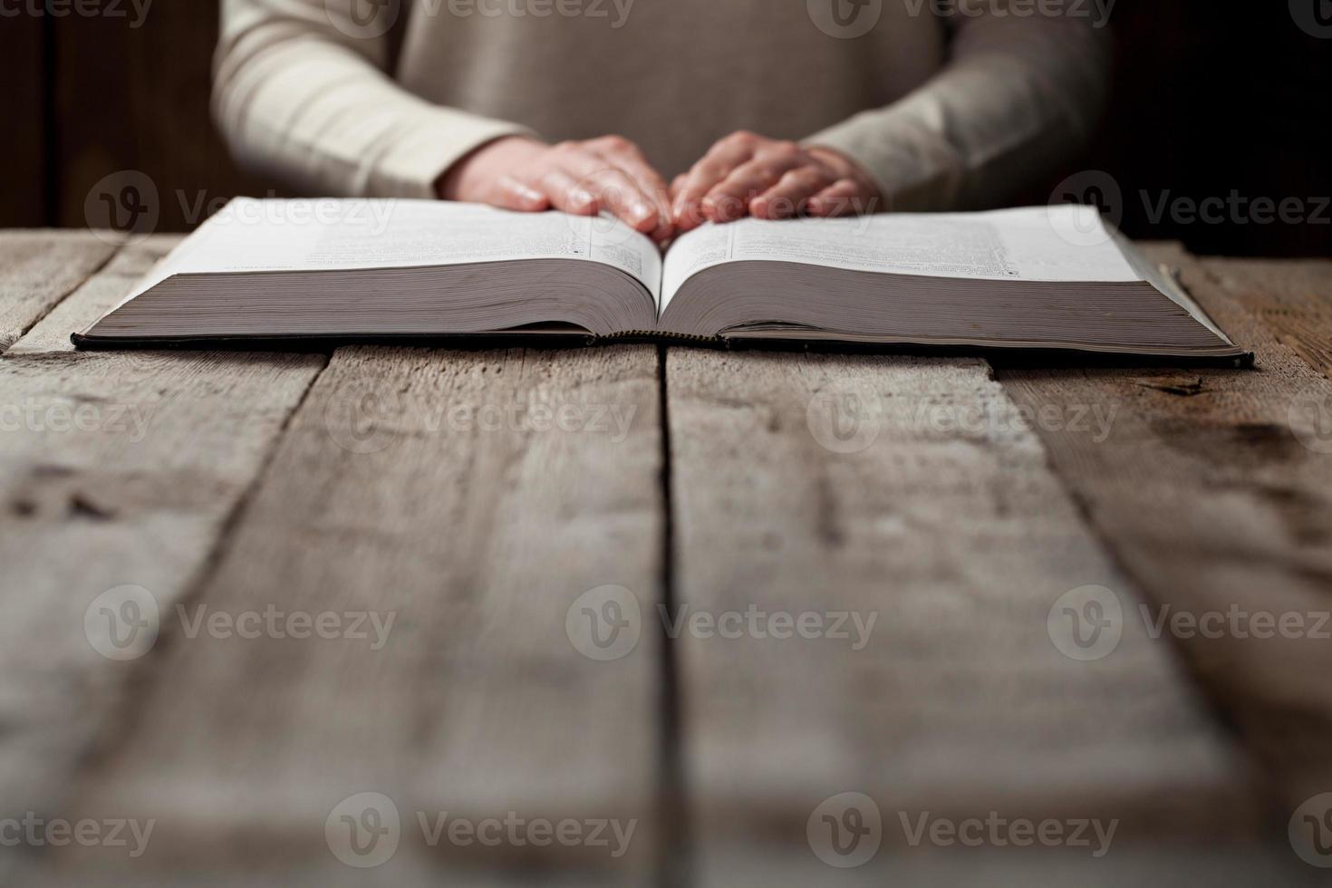 mulher com as mãos na Bíblia. foto