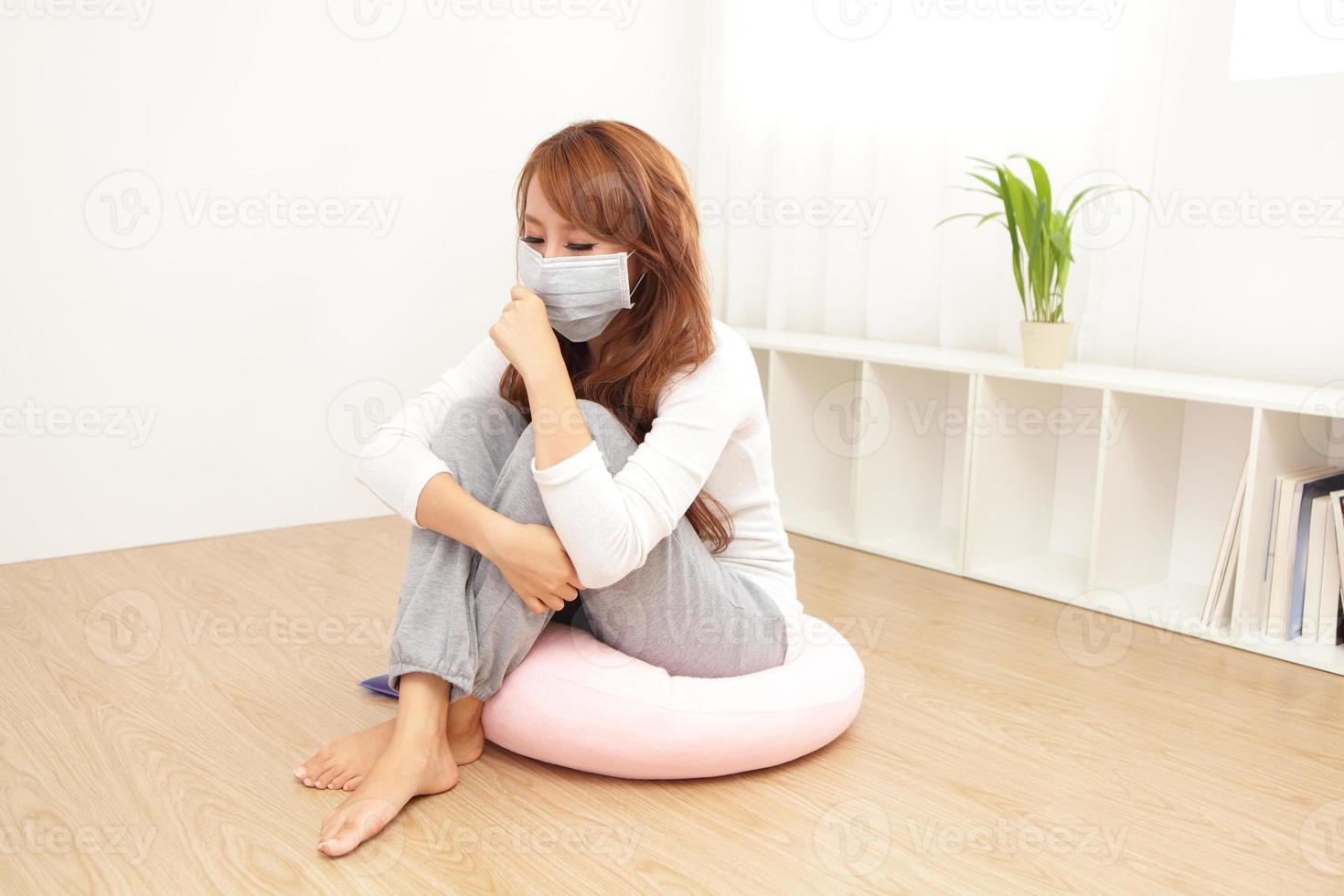 mulher doente pegou resfriado e febre foto