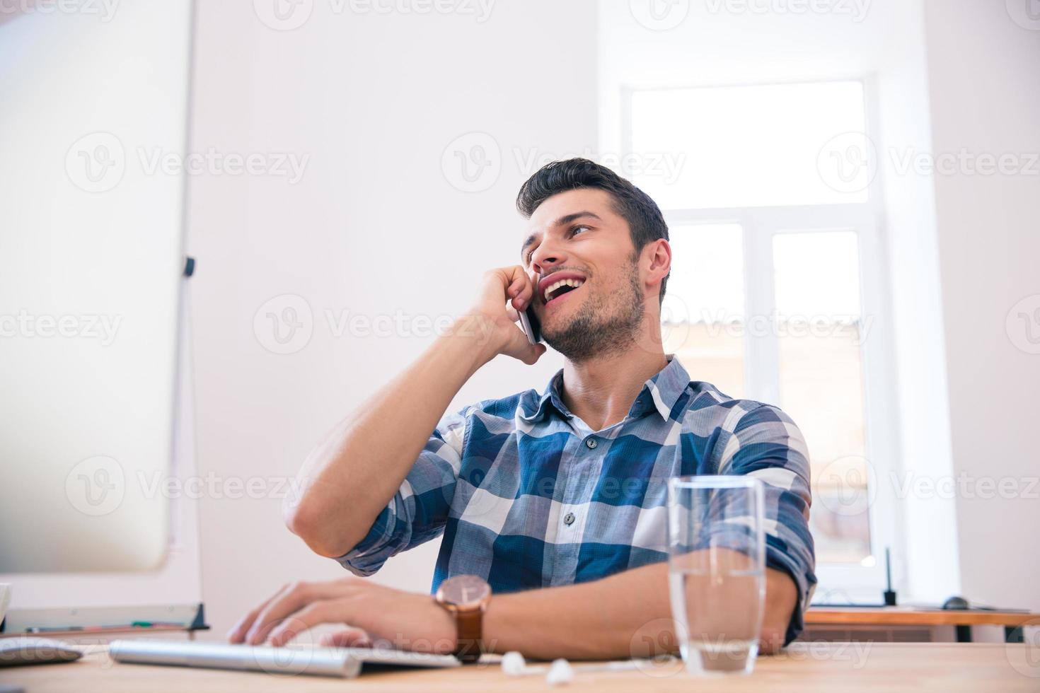 empresário falando ao telefone no escritório foto