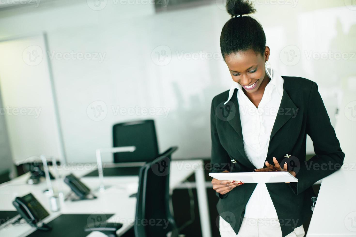 jovem mulher no escritório foto