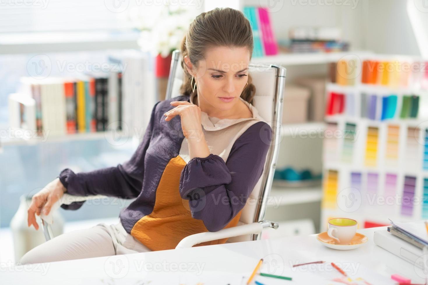designer de moda, trabalhando no escritório foto
