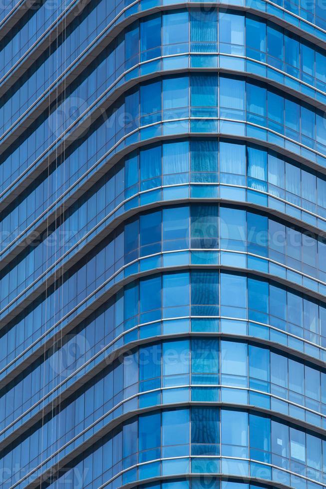janelas de vidro azul do edifício de escritório moderno foto
