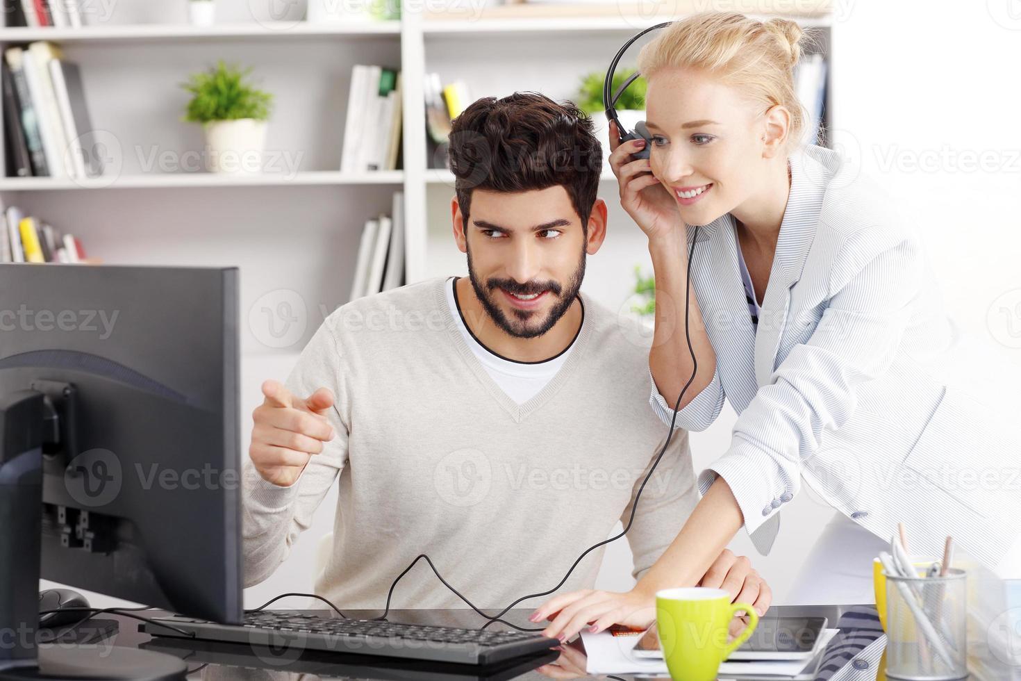 compartilhe a música no escritório foto
