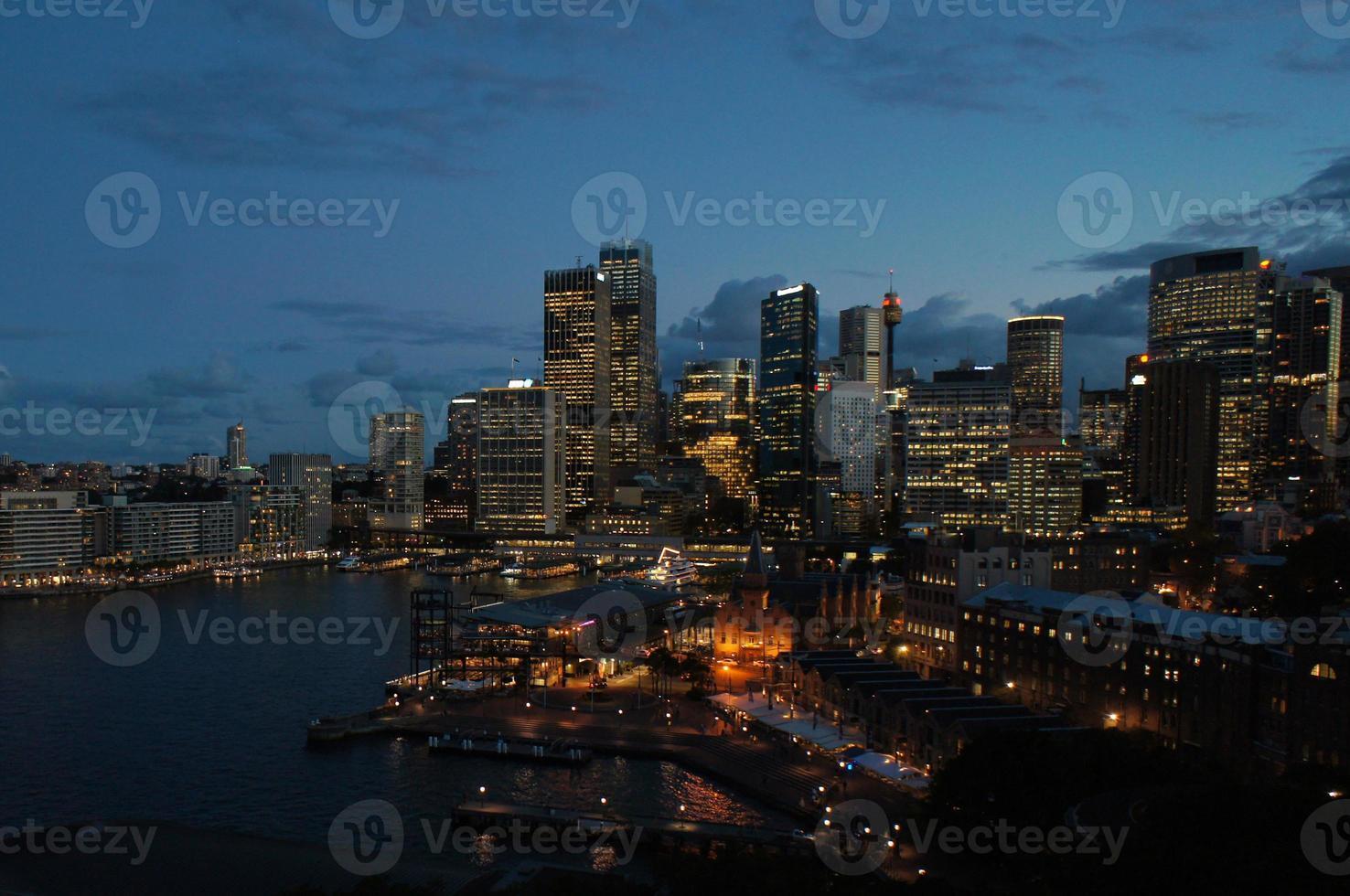 skyline da noite de sydney foto