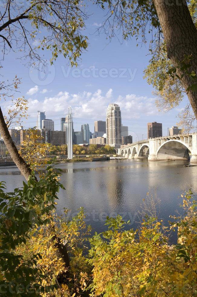 Minneapolis do outro lado do rio foto