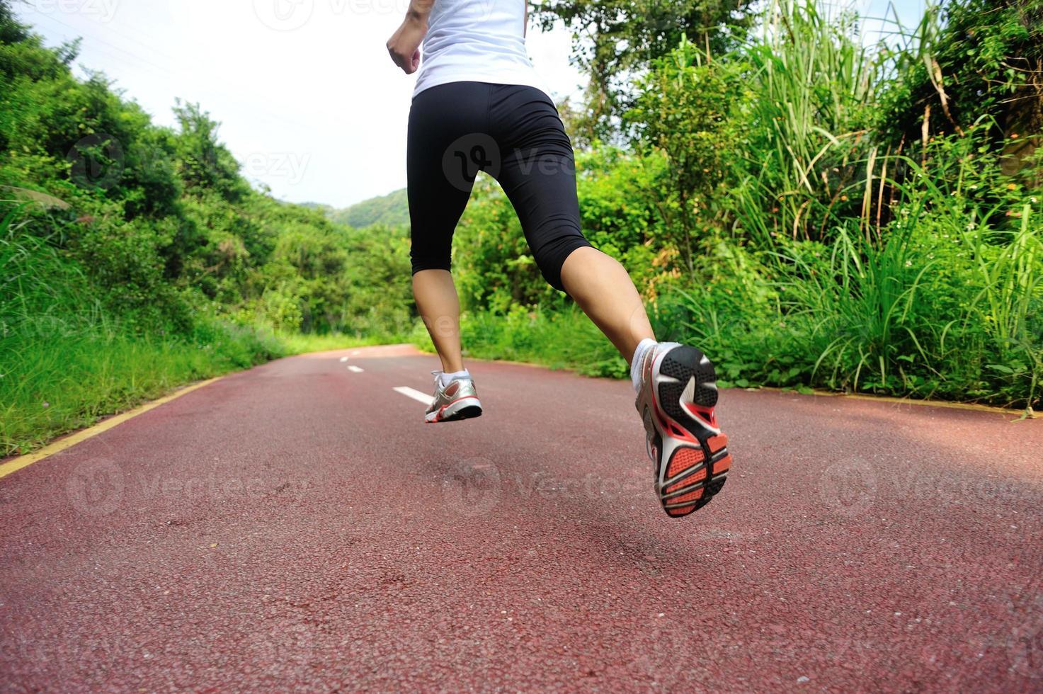 pernas de atleta corredor foto