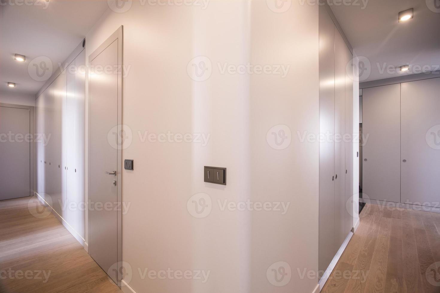 corredor em casa de luxo foto