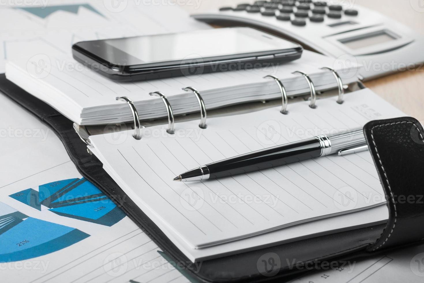 caneta deitada no diário foto