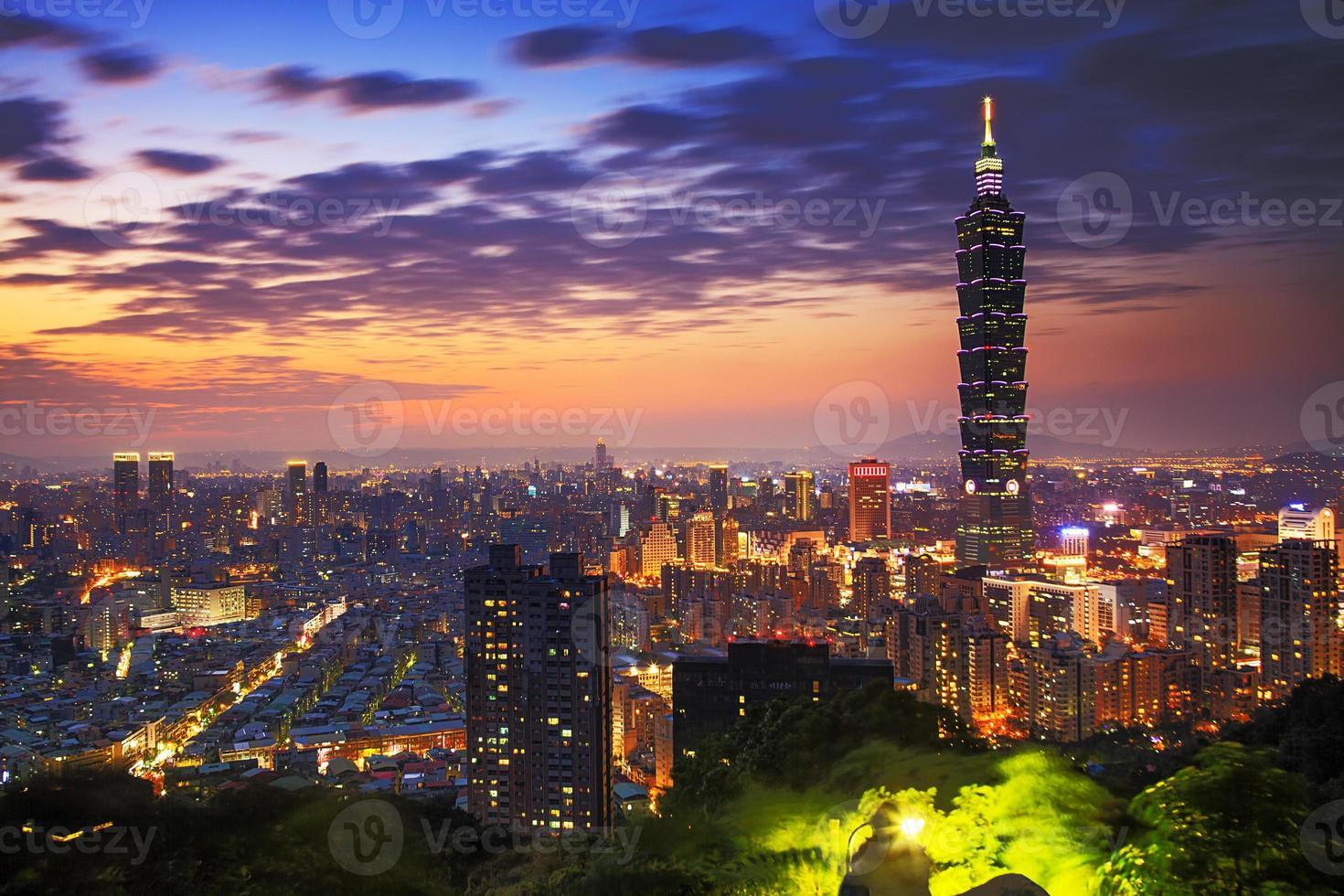 uma paisagem urbana colorida à noite sobre taipei, taiwan foto