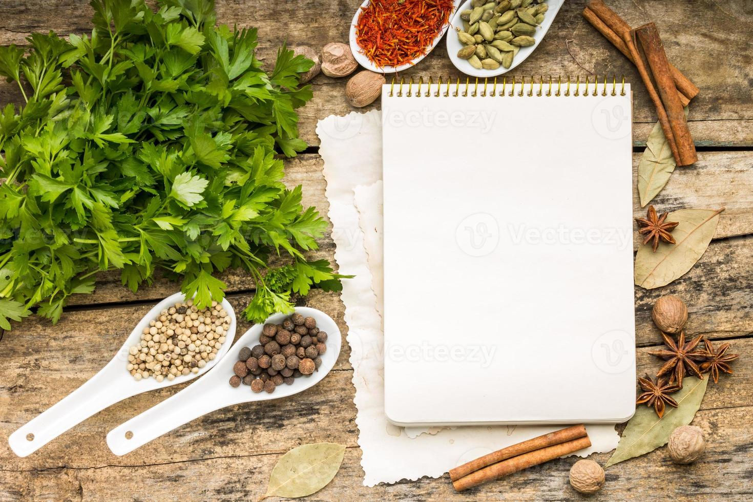fundo do menu. bloco de notas receita com diversidade de especiarias e ervas. foto