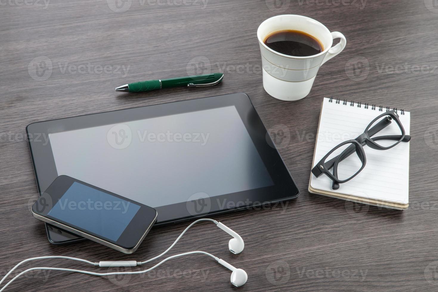 tablet, fone de ouvido, notebook e telefone inteligente com café foto
