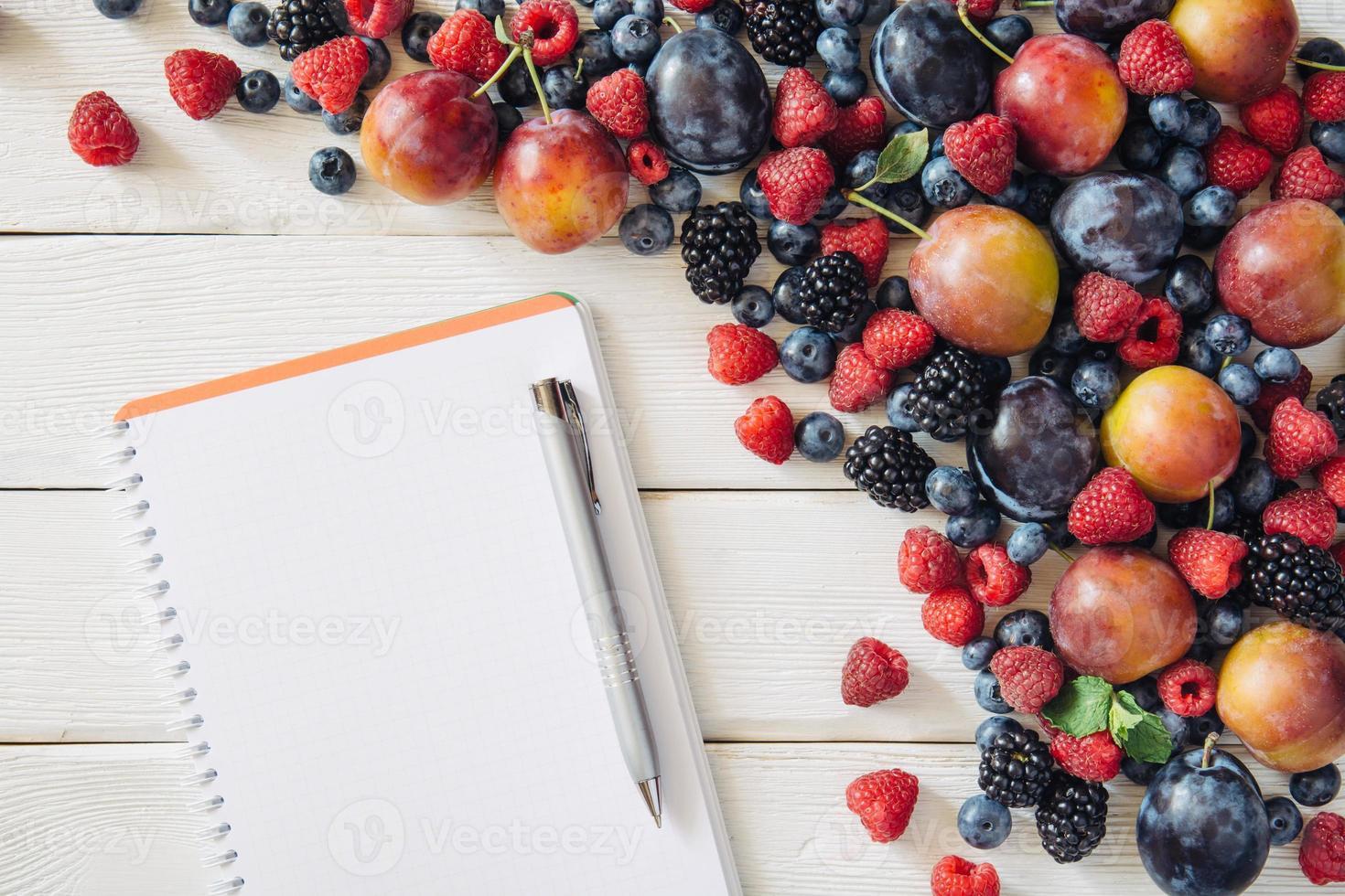 lista de compras com frutas e ingredientes mistos da vista superior foto