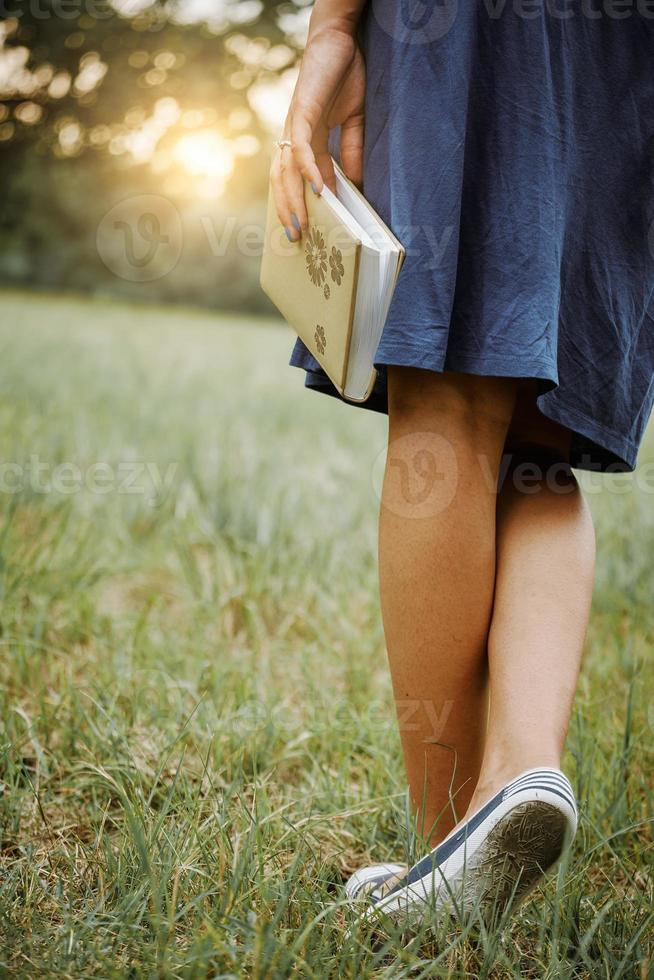 livro na mão da mulher foto