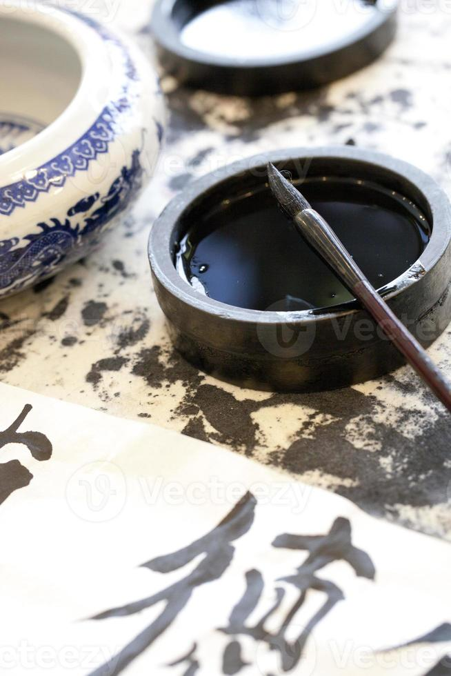 caneta de tinta preta e pincel com caracteres chineses tradicionais foto