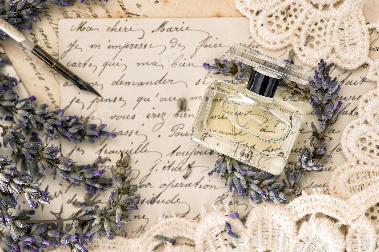 perfume, flores de lavanda, caneta de tinta vintage e velhas cartas de amor foto