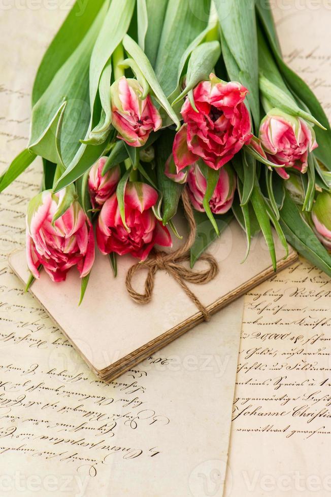 tulipas cor de rosa suaves, velhas cartas de amor e cartões foto