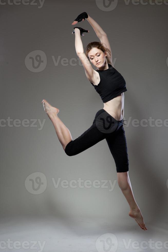 dançarina de salto atraente foto