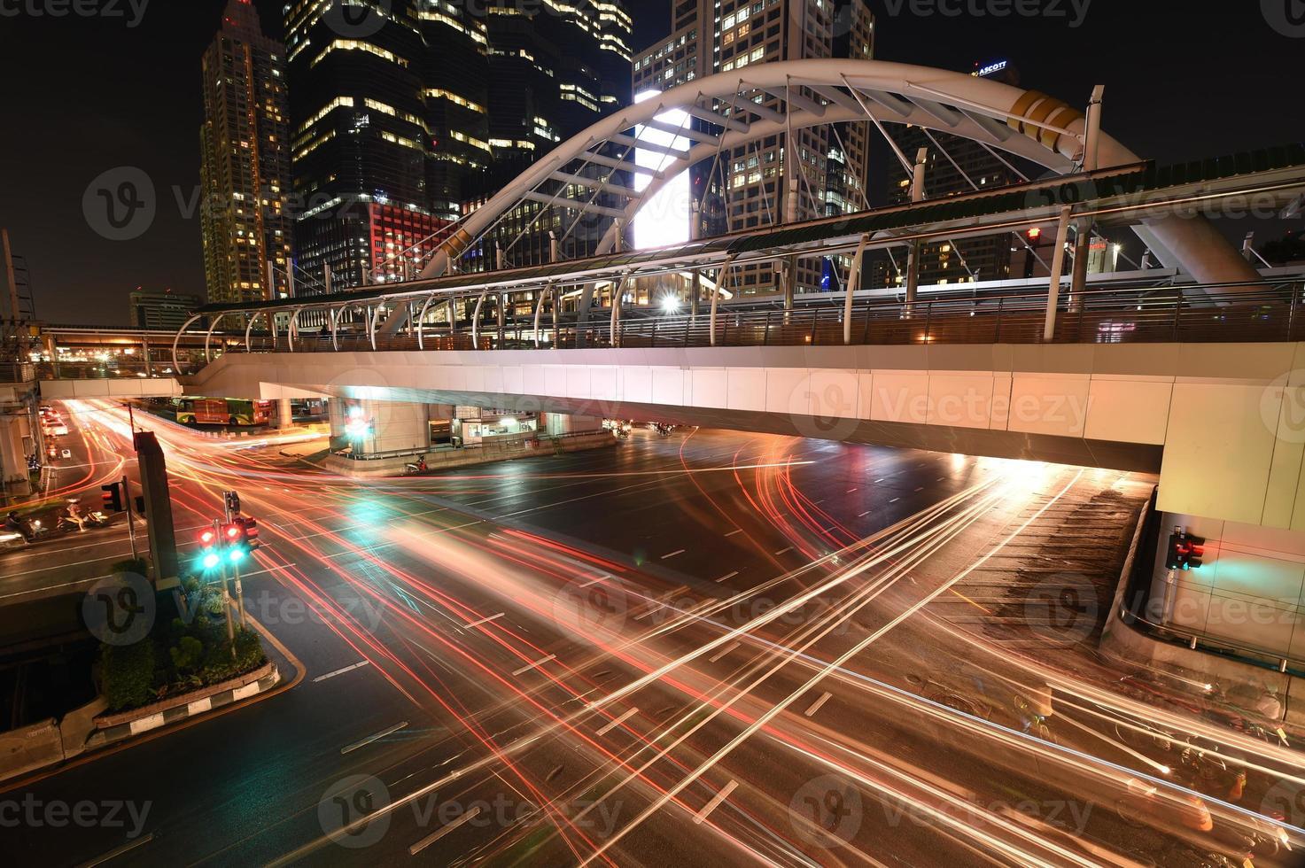 o semáforo à noite na estrada de sathon, Tailândia foto
