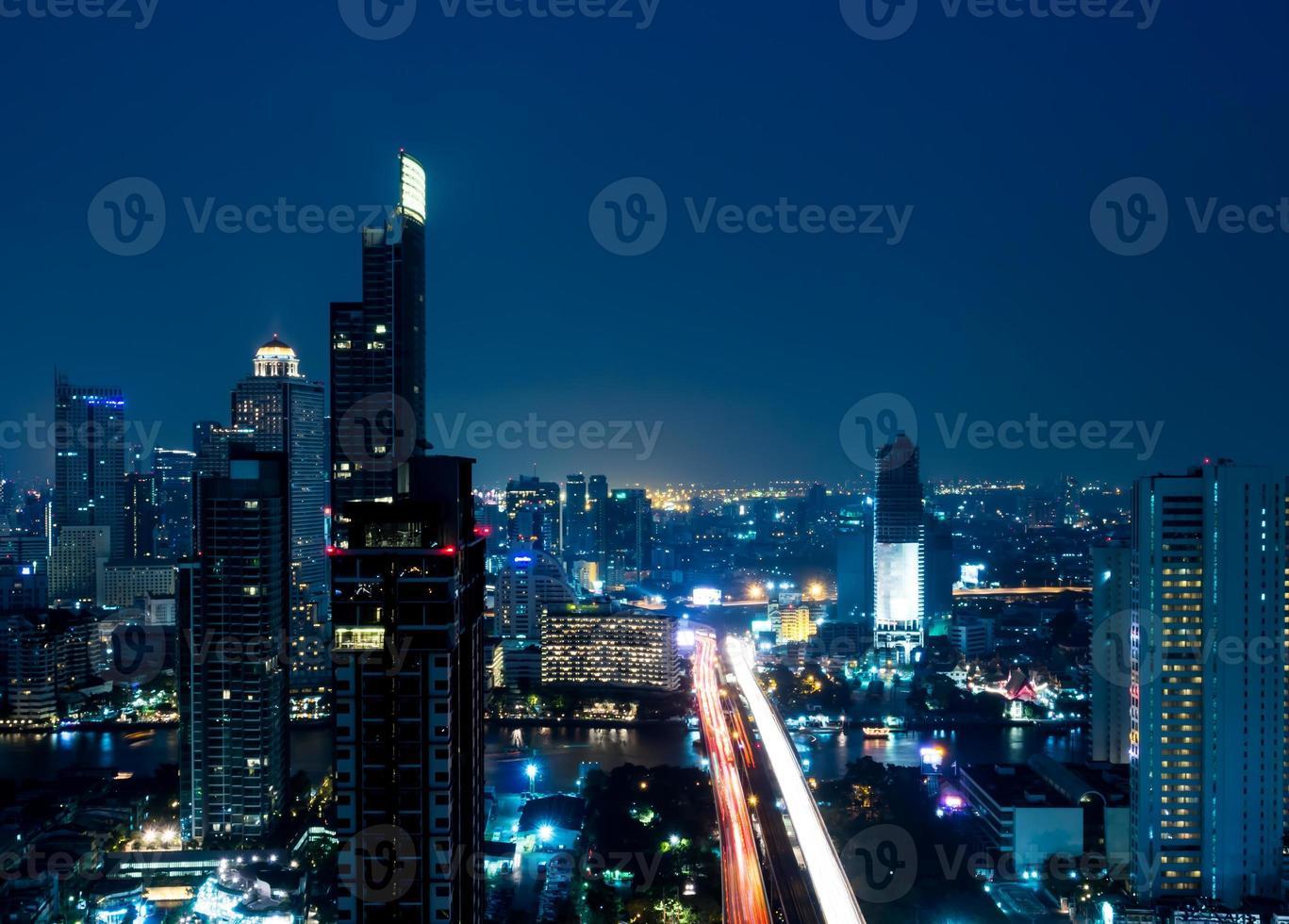 paisagem urbana de visão noturna de Banguecoque na área de negócios foto