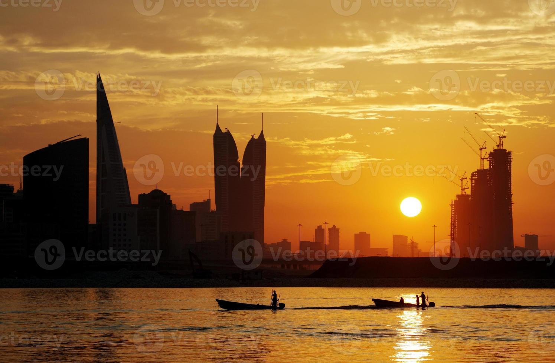 pescadores retornando durante o pôr do sol foto