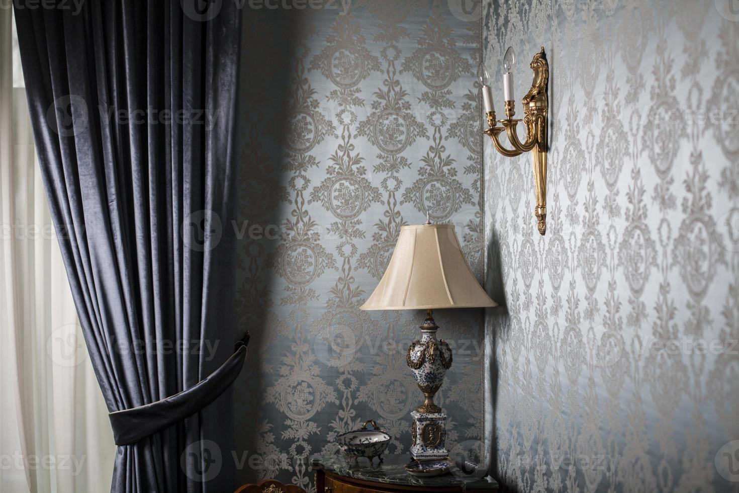 lâmpada velha vintage em uma mesa no canto de uma sala foto