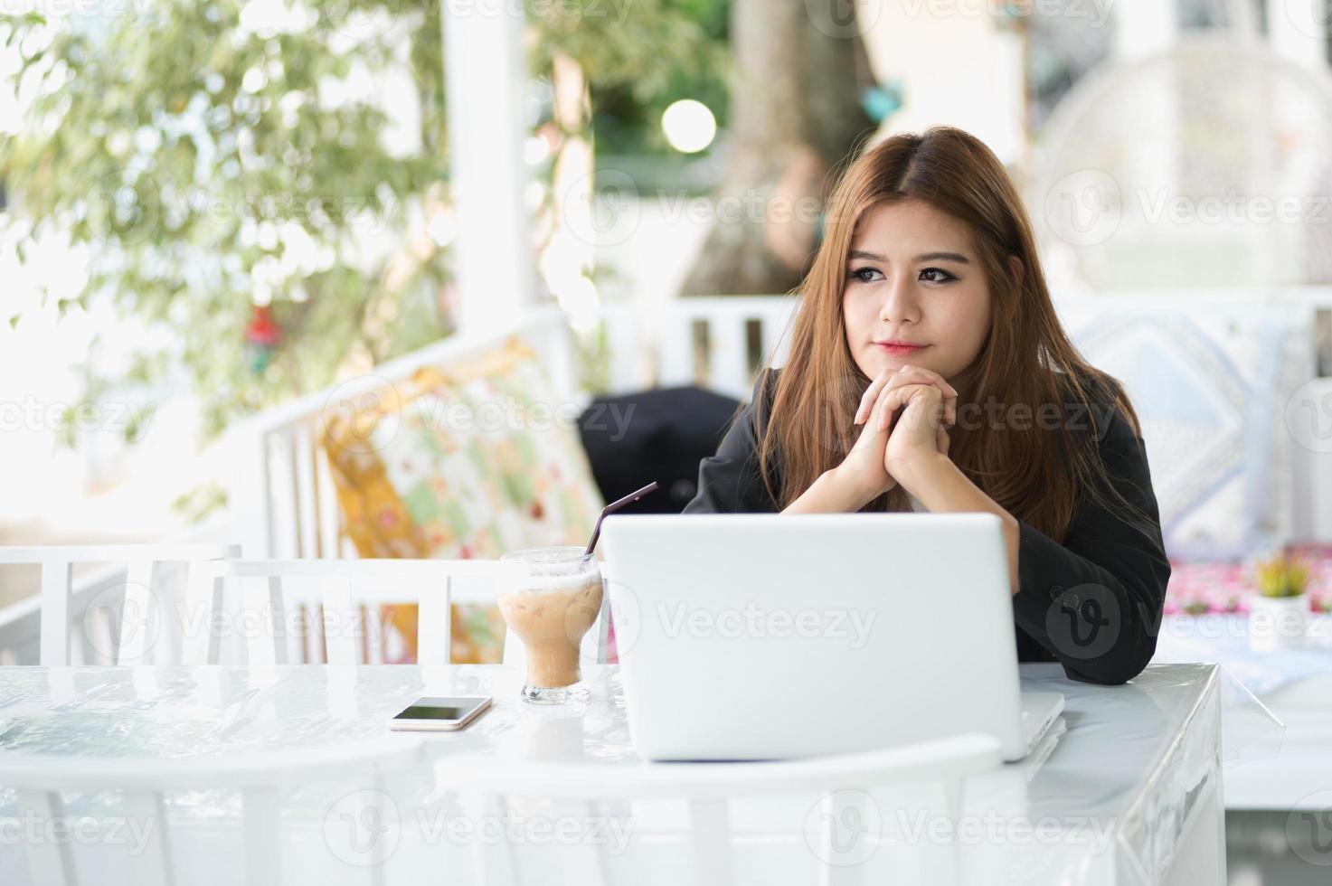 mulher de negócios jovem Ásia sentado no café com laptop foto
