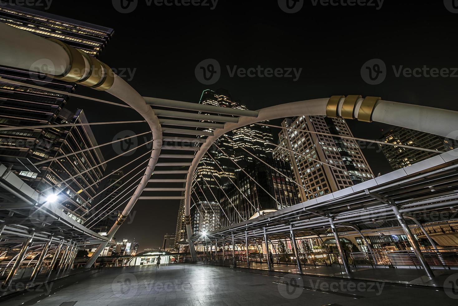 ponte moderna no distrito de sathorn foto