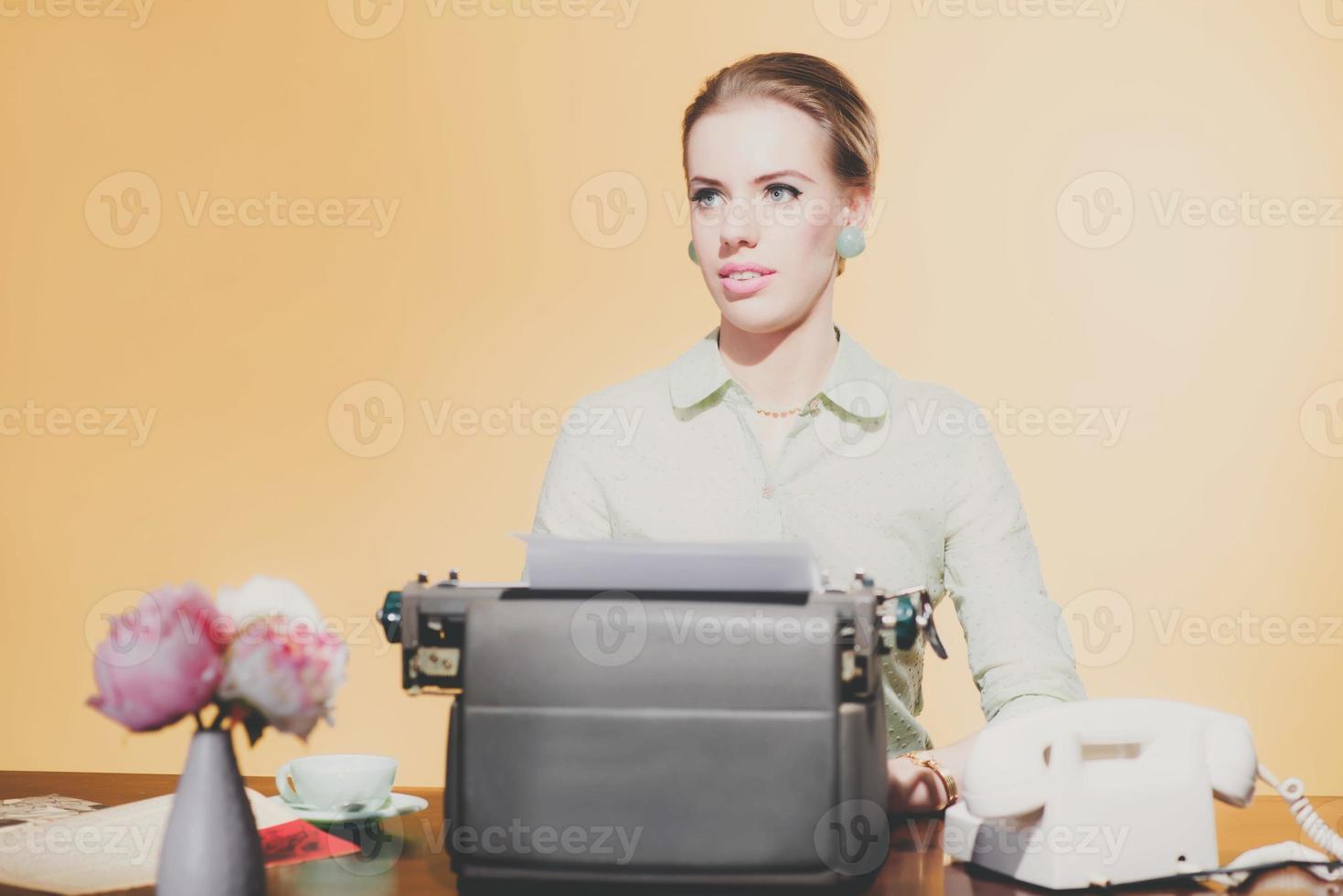 vintage pensativo 1950 loira secretária mulher sentada atrás da mesa foto