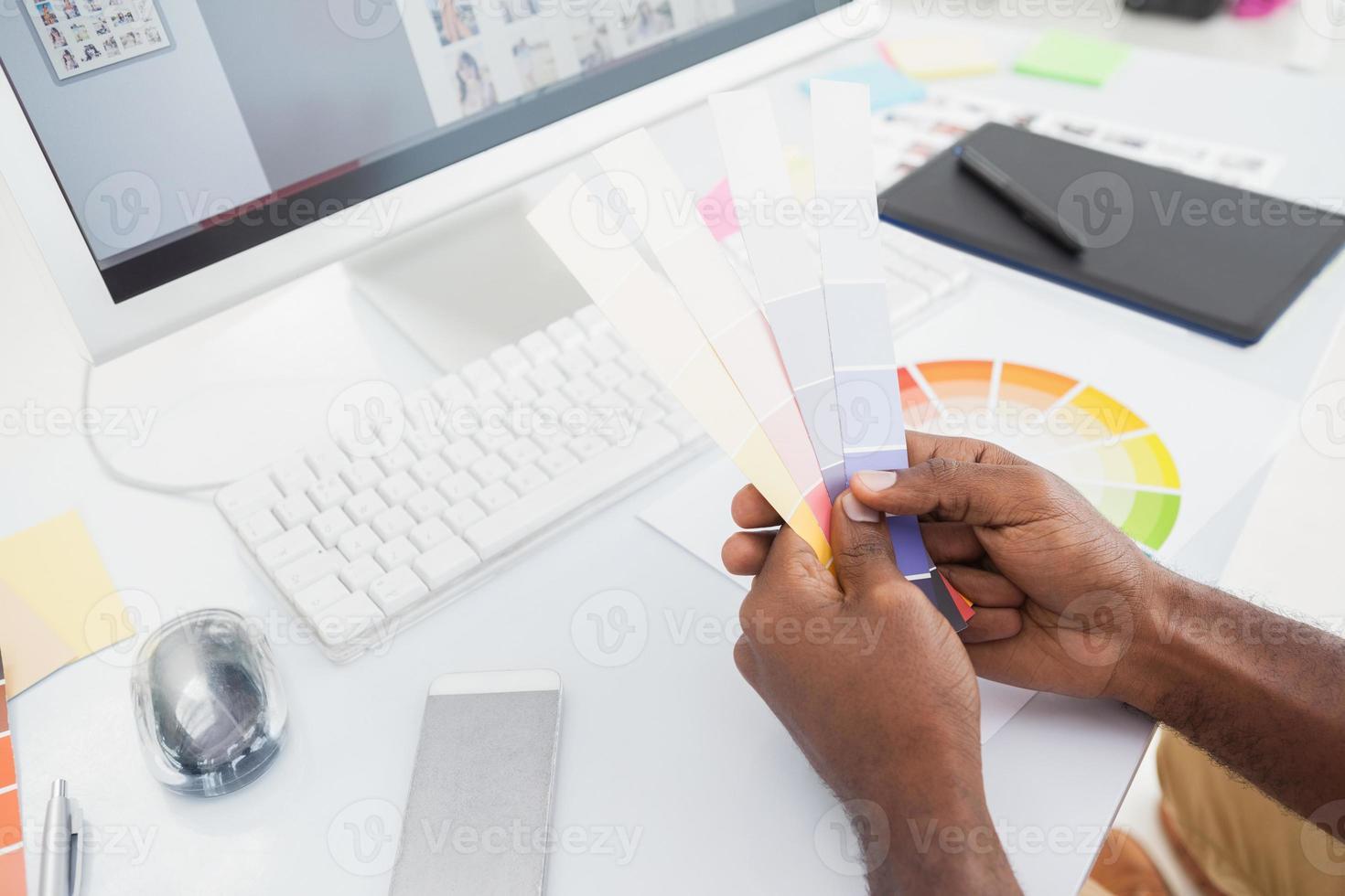 designer segurando amostra de cor e escolhendo foto