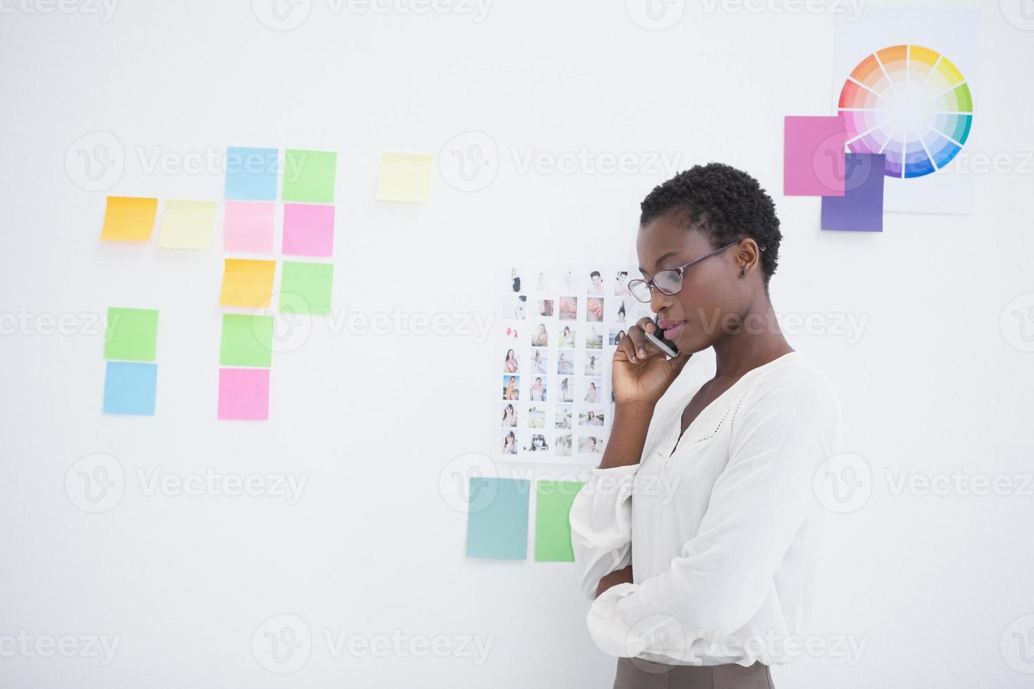 mulher de negócios com óculos no telefone foto