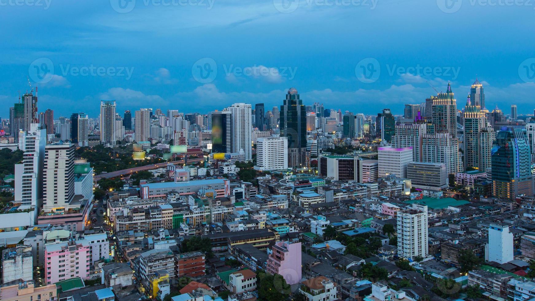 bangkok centro da cidade linha do horizonte crepúsculo foto