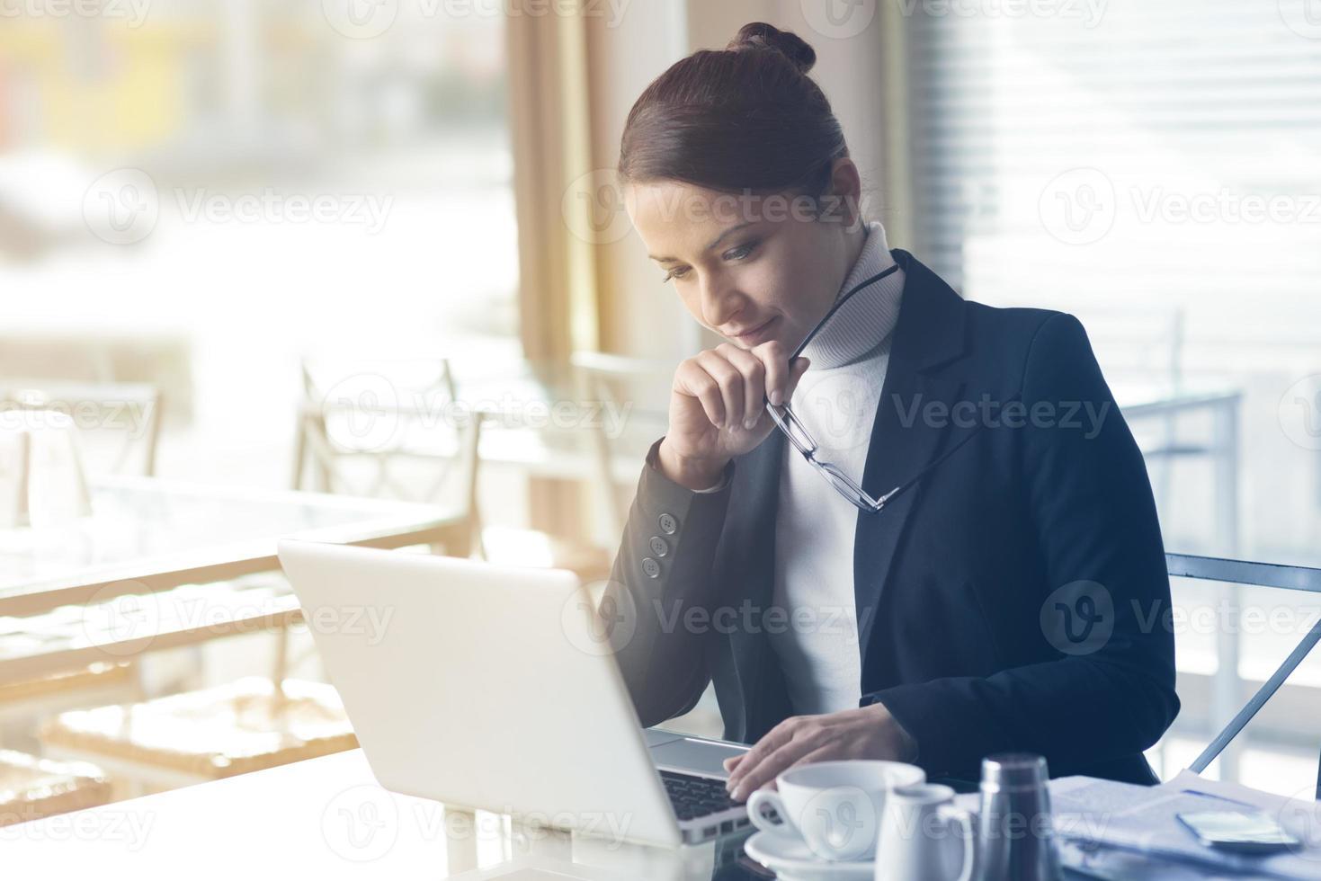 empresária confiante trabalhando em um laptop foto