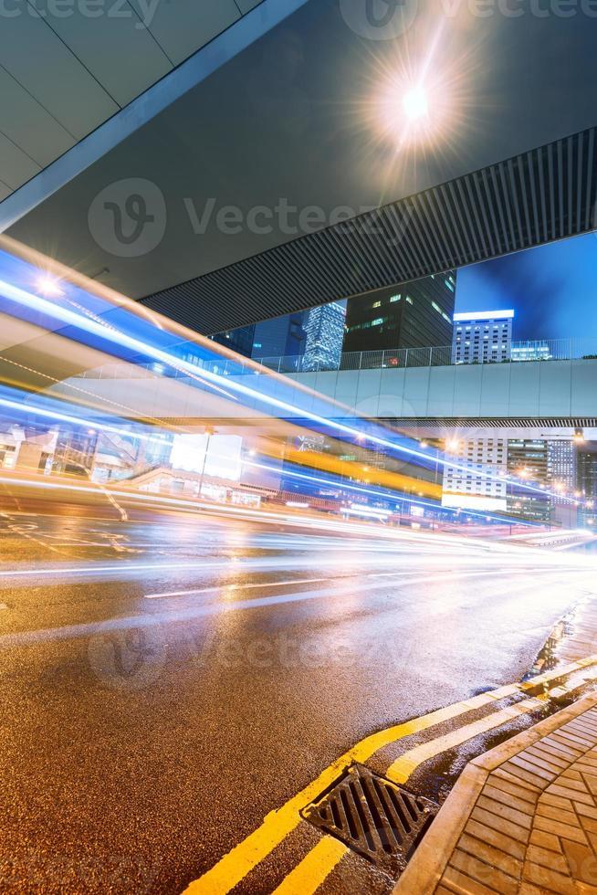 em uma movimentada noite de rua em Hong Kong foto