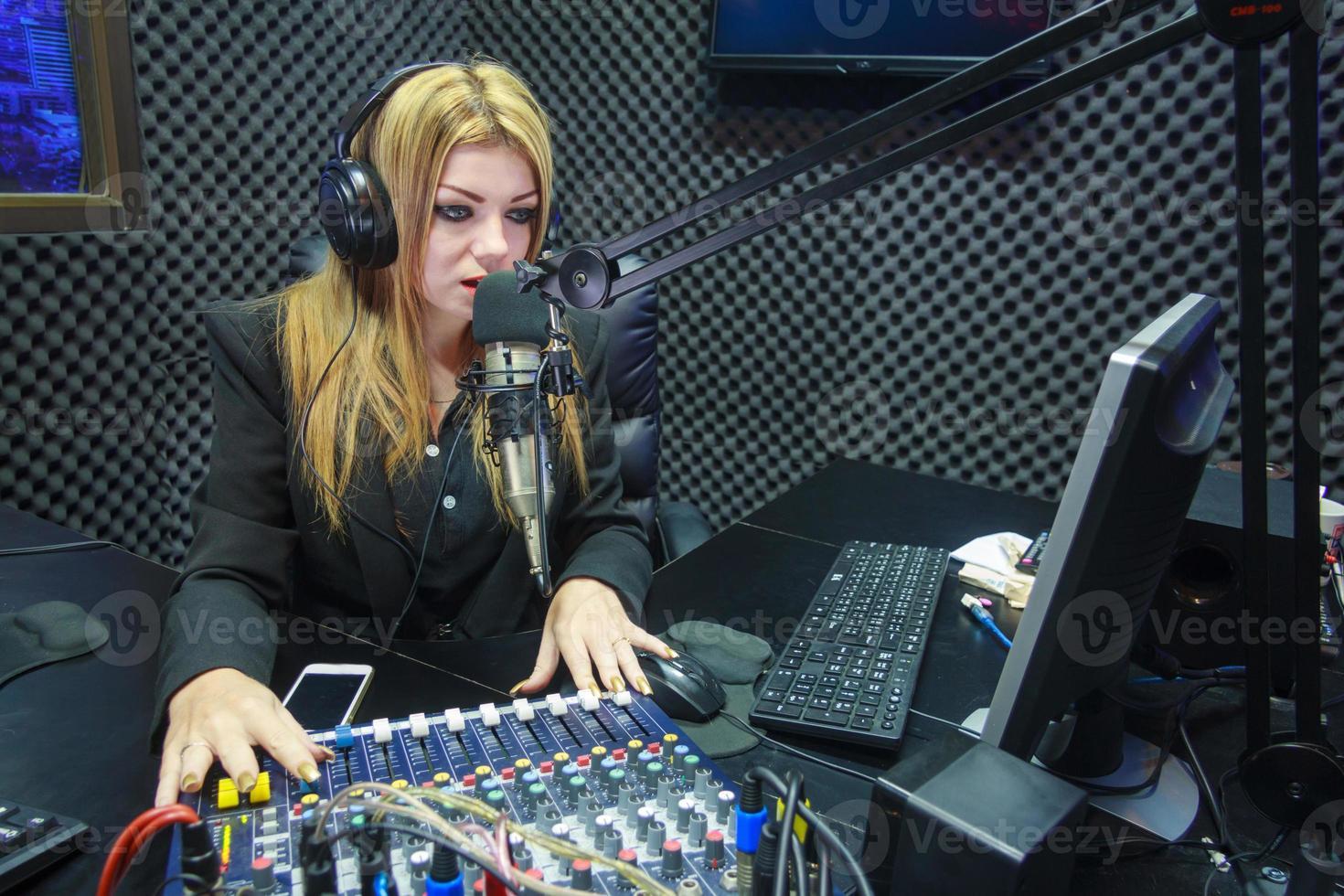 mulher bonita, gravação de som no estúdio de mídia foto