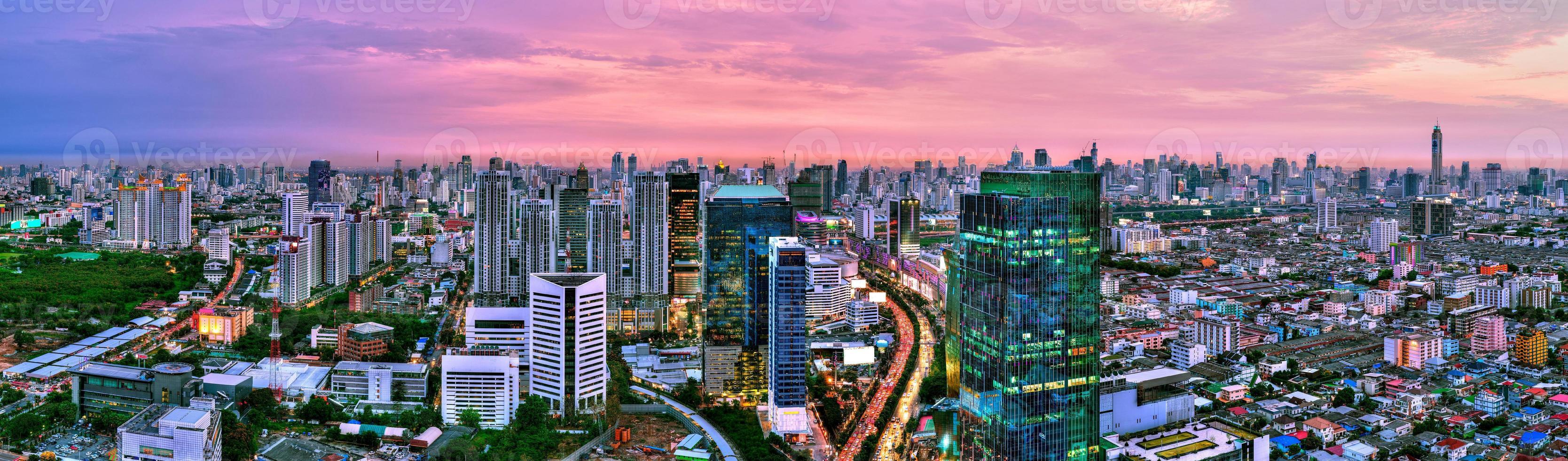 vista panorâmica da paisagem da cidade de Banguecoque ao pôr do sol, Tailândia foto