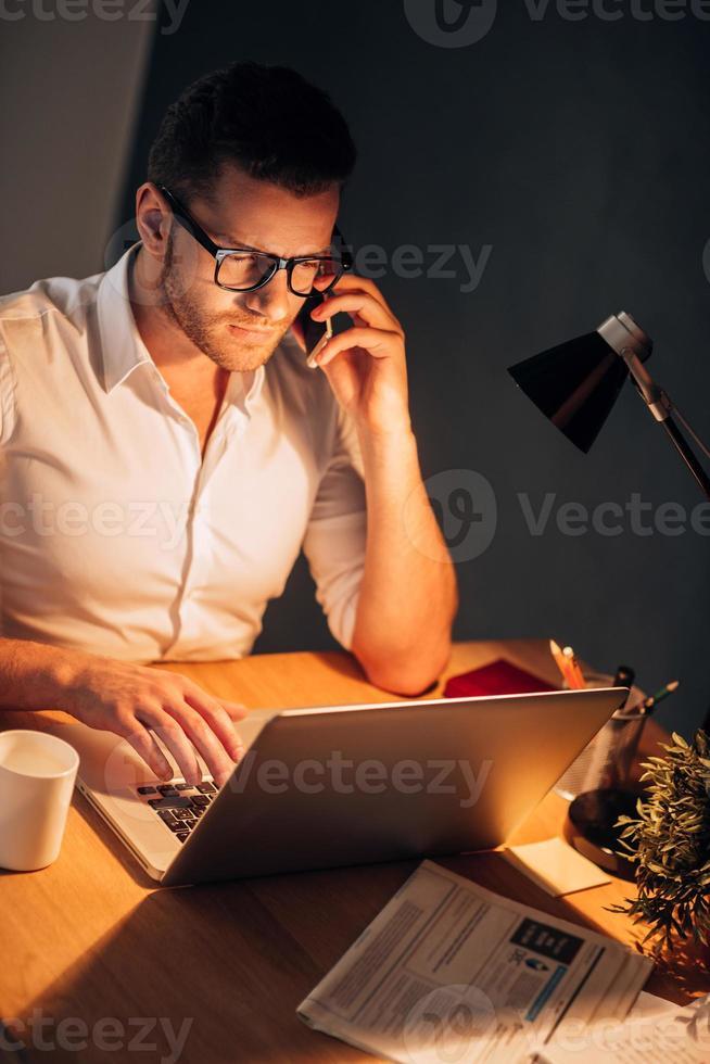 ocupado trabalhando mesmo à noite. foto